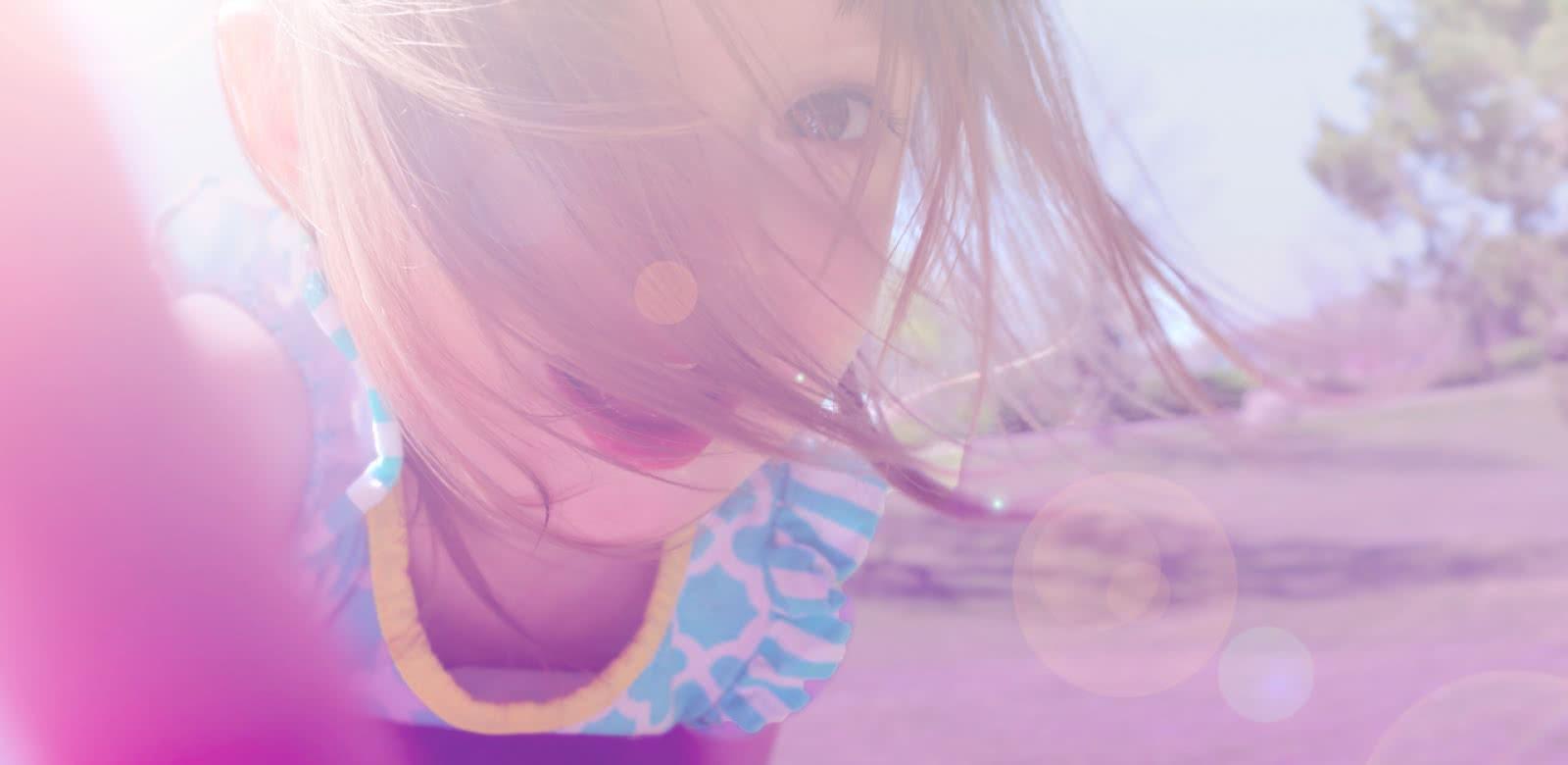 Photo d'une petite fille regardant la caméra de très près comme si elle tentait de découvrir ce qui s'y cache à l'intérieur pour représenter Val d'Oise Family