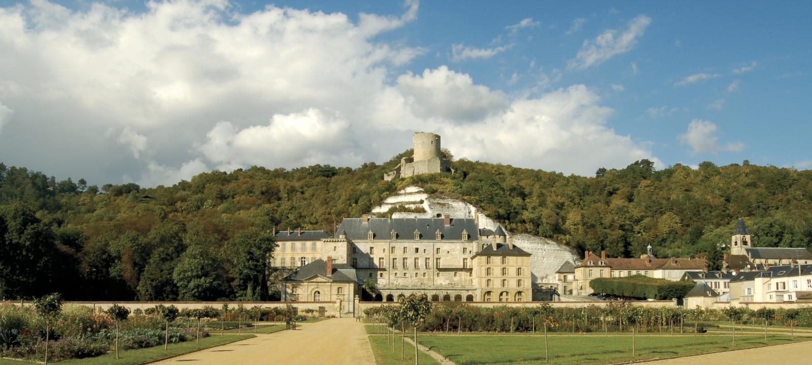 Photo d'une vue sur le château de la Roche-Guyon depuis le jardin potager-fruitier.