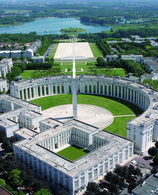 Photo d'une vue du ciel de l'Axe Majeur de la Tour du Belvédère, Parc des Impressionnistes, les 12 colonnes et la base de loisirs