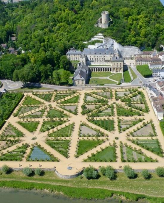 Photo du Château de la Roche-Guyon avec son donjon, son château médiéval et son potager ressemblant à un jardin à la française, vue prise du ciel