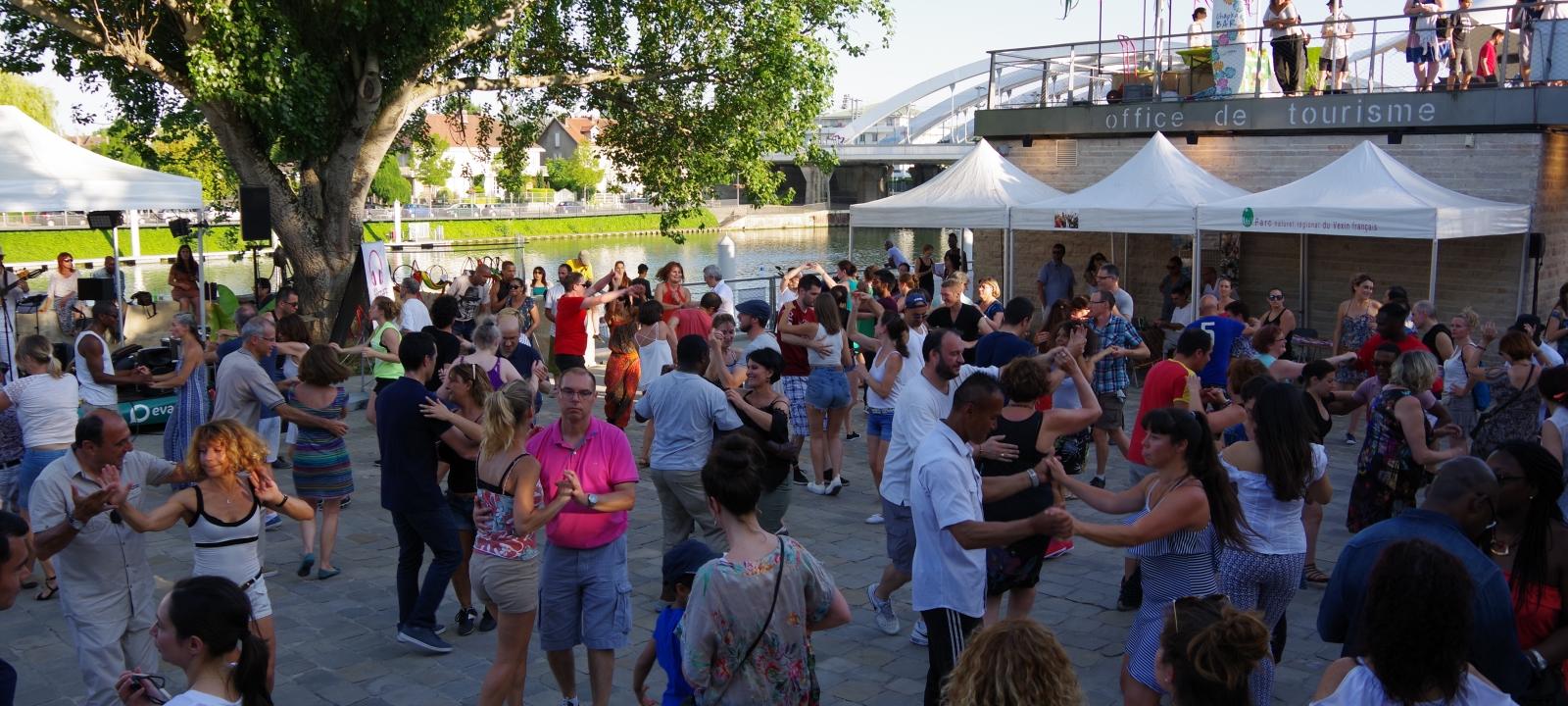 Photo prise sur les quais de Pontoise face à l'office de tourisme de Pontoise, au cours d'un concert de musique latine où de nombreux danseurs dansent la salsa au No Mad Festival 2018 à Pontoise