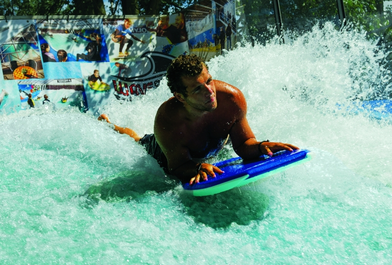 Photo d'un homme surfant sur la vague à surf de l'île de loisirs de Cergy Pontoise.