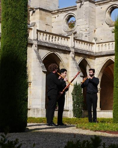 Photo des musiciens prise lors de la journée Couperin dans le cloître de l'abbaye de Royaumont