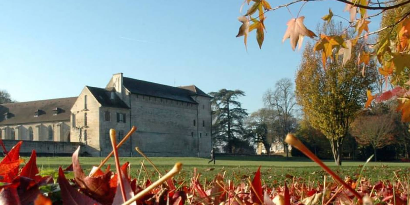 Photo prise depuis le parc de l'Abbaye de Maubuisson en automne.