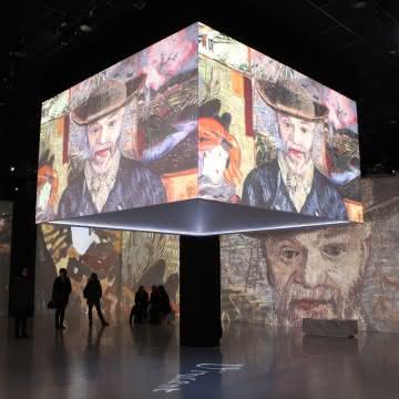 Photo du cube de la première salle du parcours Vision Impressionniste du château d'Auvers-sur-Oise montrant des peintures de Van Gogh sur des écrans en 360°