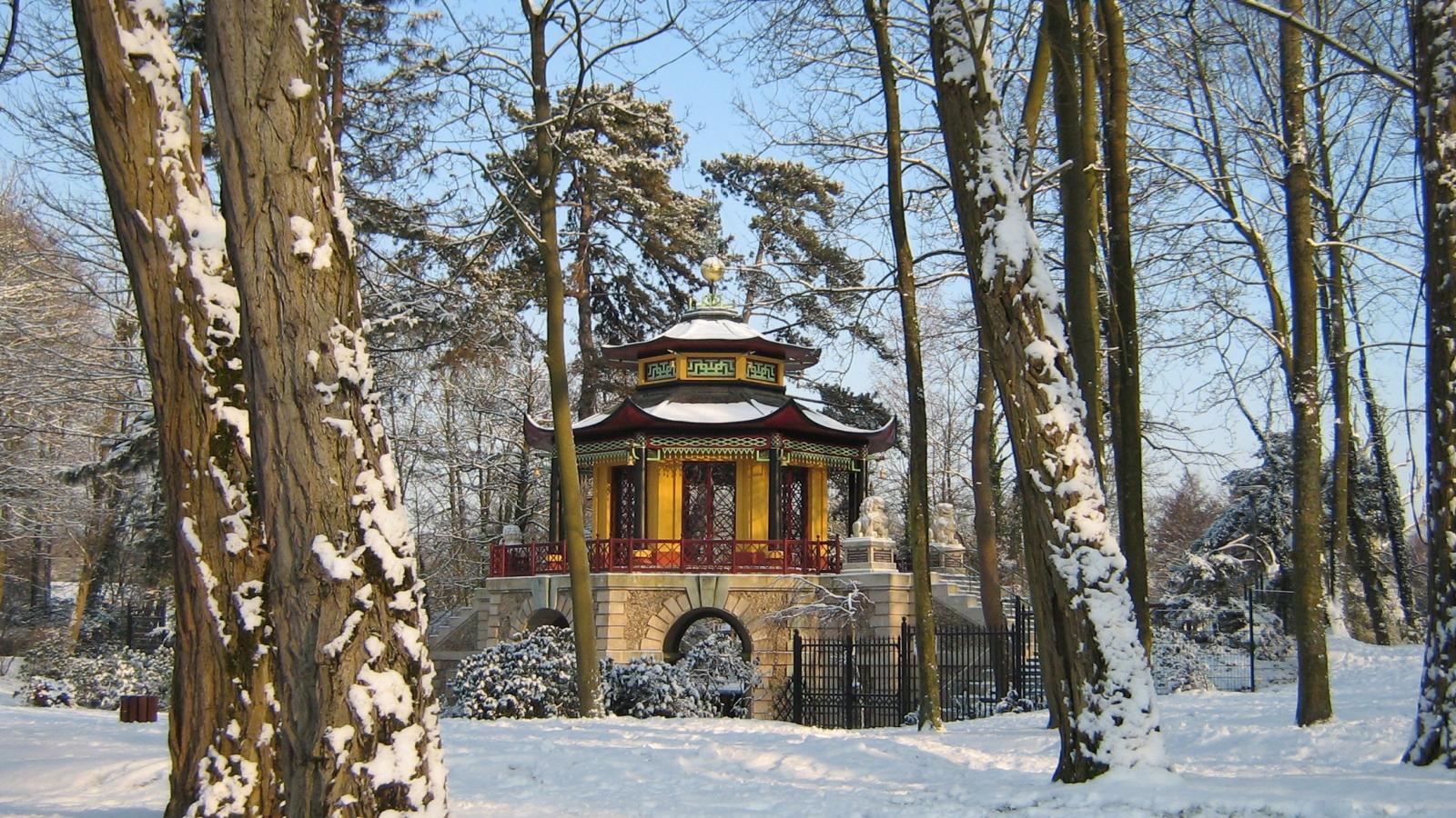 Photo du Pavillon chinois de L'Île Adam dans le Val d'Oise, sous la neige, pendant l'hiver.