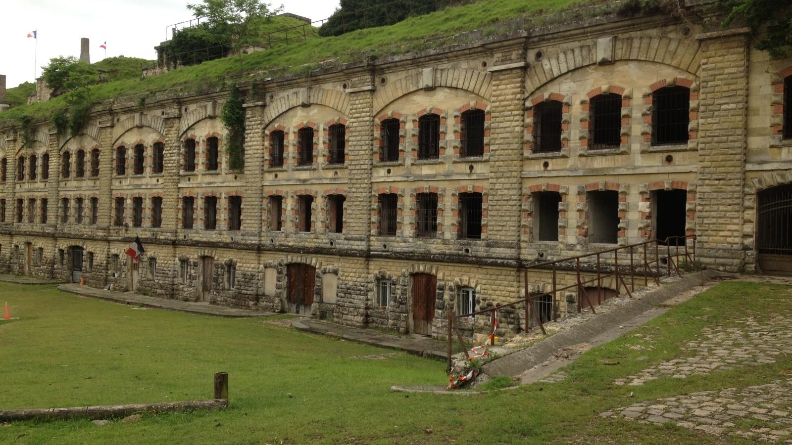 Photo d'une façade du fort avec toutes ses fenêtres apparentes à Cormeilles-en-Parisis