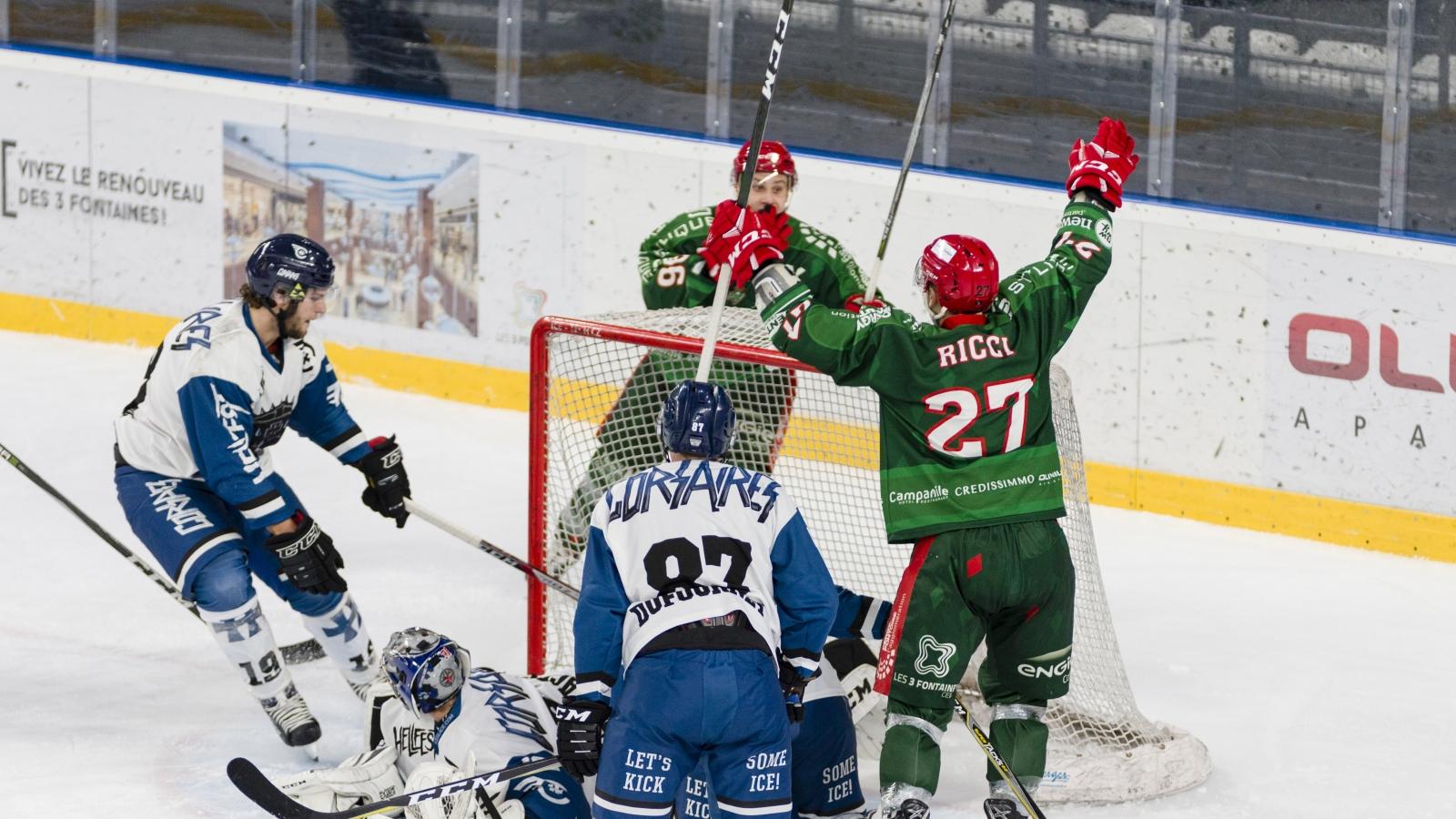 Photo d'un match de hockey sur glace où l'équipe des Jokers de cergy marque un but