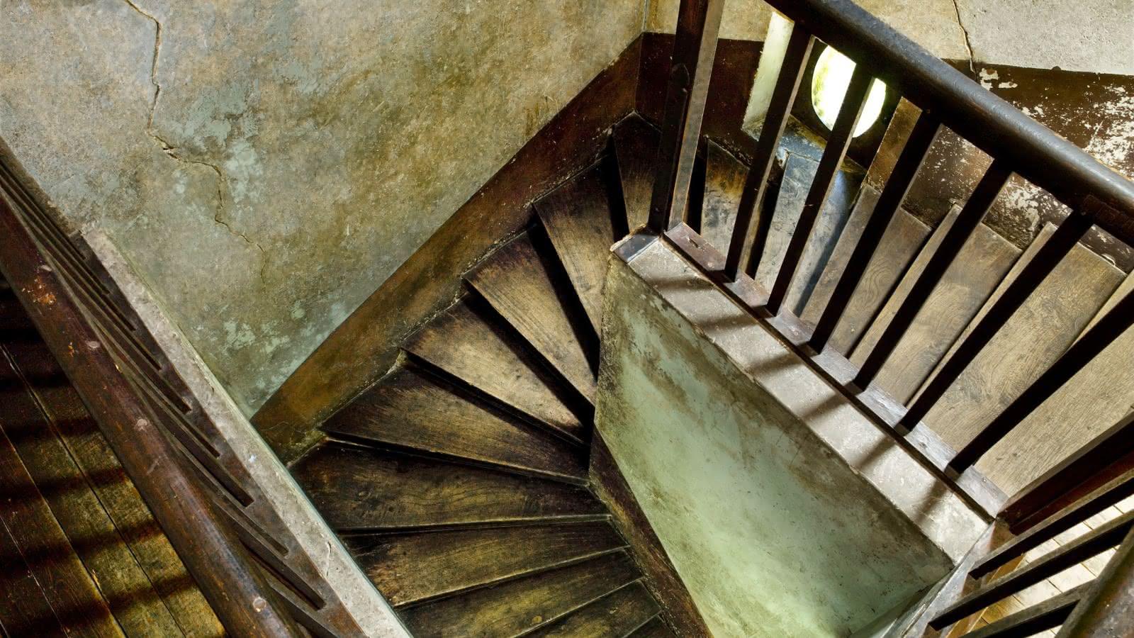 Photo avec vue plongeante sur les escaliers menant à la chambre encore dans son état intacte de Van Gogh dans l'auberge Ravoux à Auvers-sur-Oise