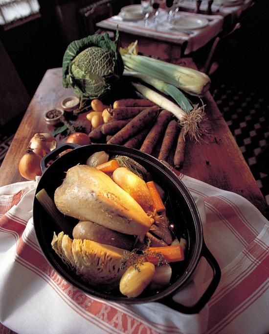 Photo d'une préparation de la poule au pot à l'auberge Ravoux.