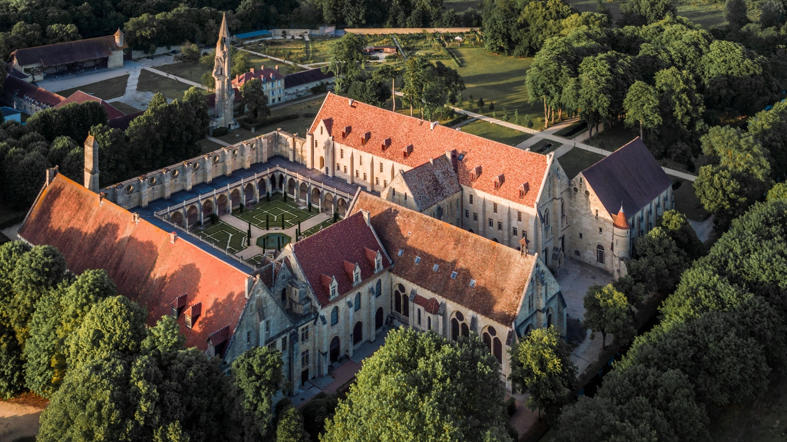 Photo de l'Abbaye de Royaumont et de ses alentours prise du ciel à Asnière-sur-Oise