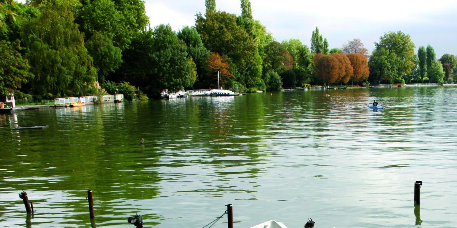 Photo de barques sur le lac à Enghien-les-Bains