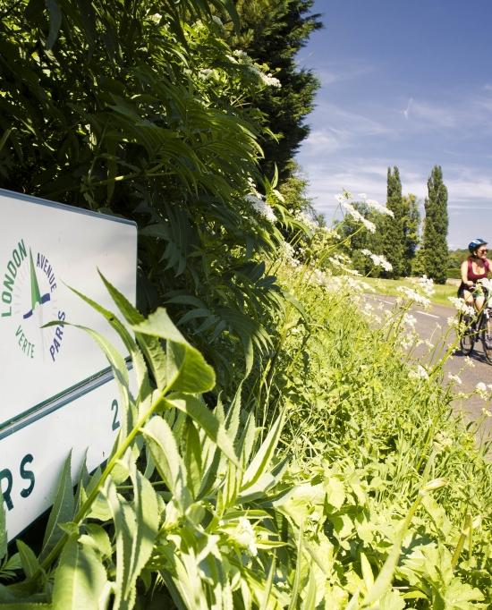 Photo de deux cyclistes en randonnée sur l'Avenue Verte London Paris ou AVLP dans le Vexin Français