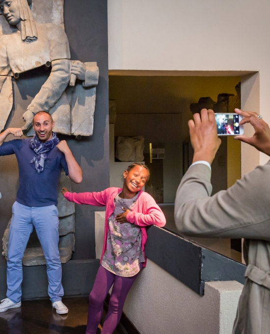 Photo d'une famille qui se prend en photo au musée d'archéologie du Val d'Oise à Guiry-en-Vexin