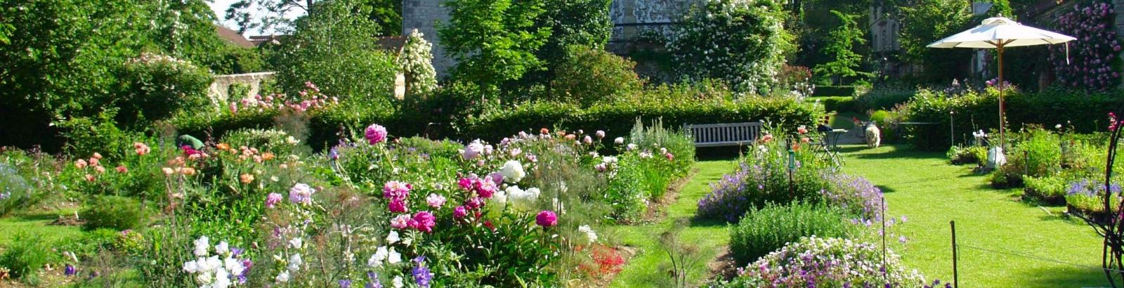 Photo prise d'un jardin fleuri avec des fleurs à Grisy-les-Plâtres