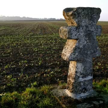 Photo d'une croix pâtée face à un champ à Guiry-en-Vexin dans le parc naturel régional français du Vexin