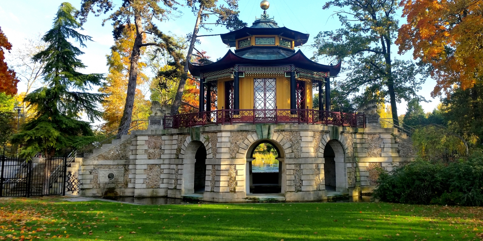 Pavillon Chinois de L'Isle-Adam pris au printemps