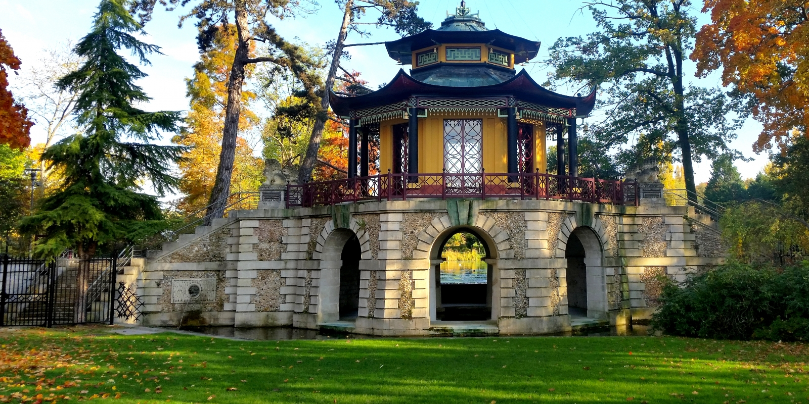Pavillon Chinois de L'Isle-Adam pris au printemps