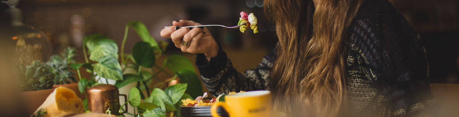 Photo d'une femme qui se régale devant un plat de pâtes