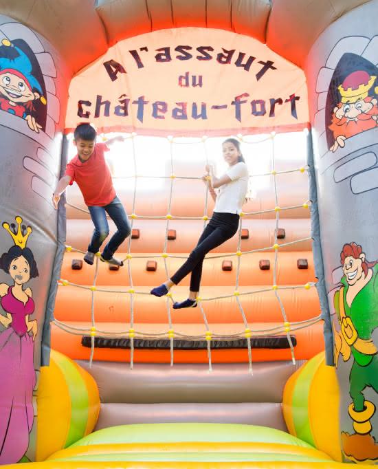 Photos d'enfants jouant dans le château gonflable à Sherwood Parc à Viarmes