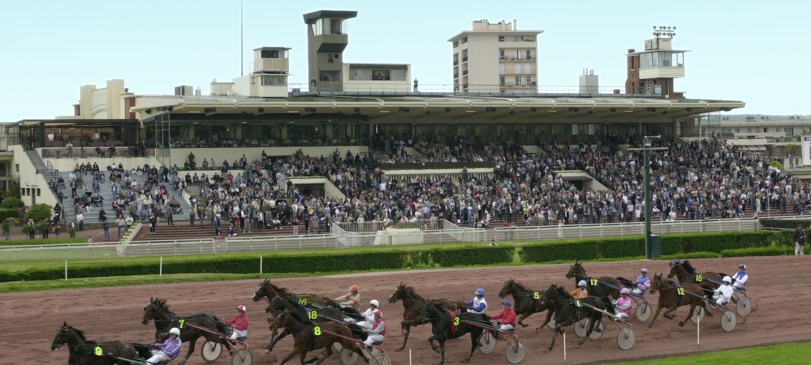 Photo prise à l'hippodrome d'Enghien Soisy lors d'une course de trot avec les spectateurs en arrière plan