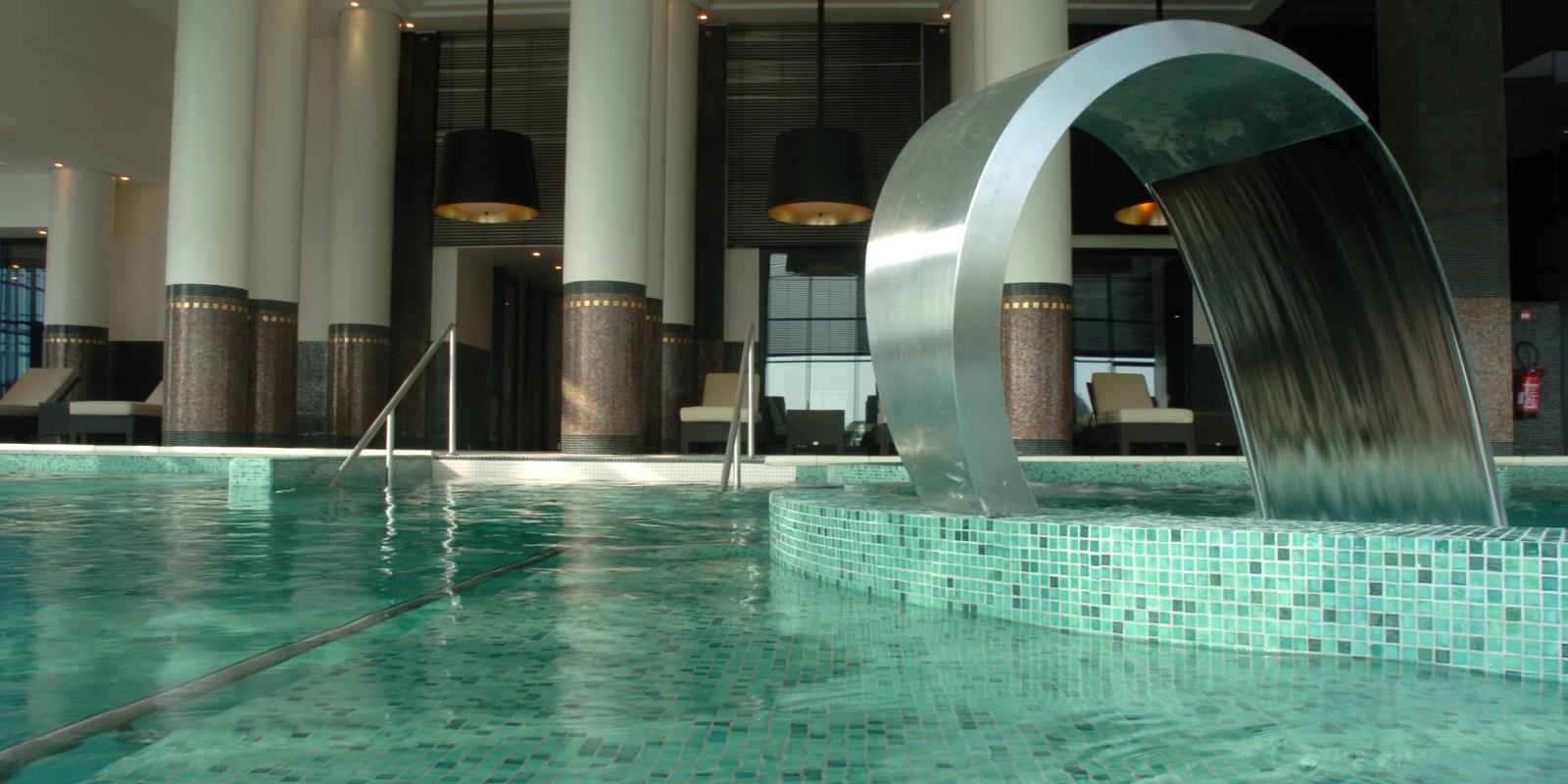 Photo d'un des bassins du spark d'enghien les bains avec une fontain à eau