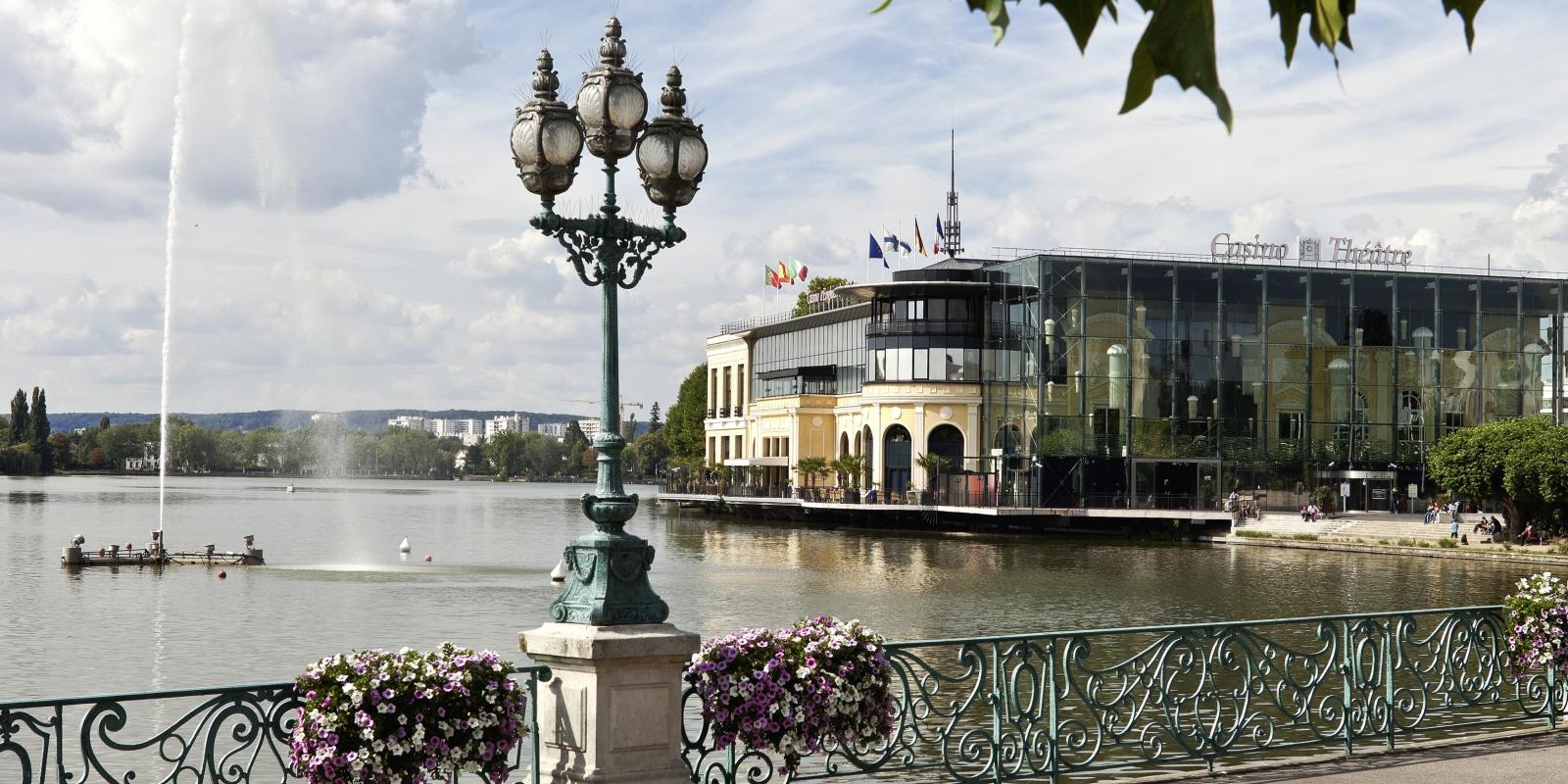 Photo des bords du lac d'Enghien avec son Casino en toile de fond
