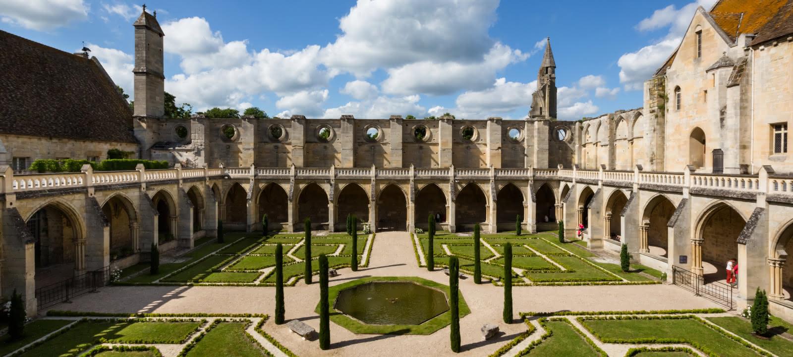 Photo du jardin et du cloître de l'abbaye de Royaumont