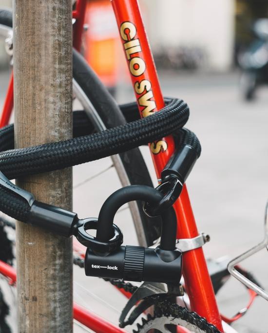 Photo antivol attaché à un vélo et un poteau