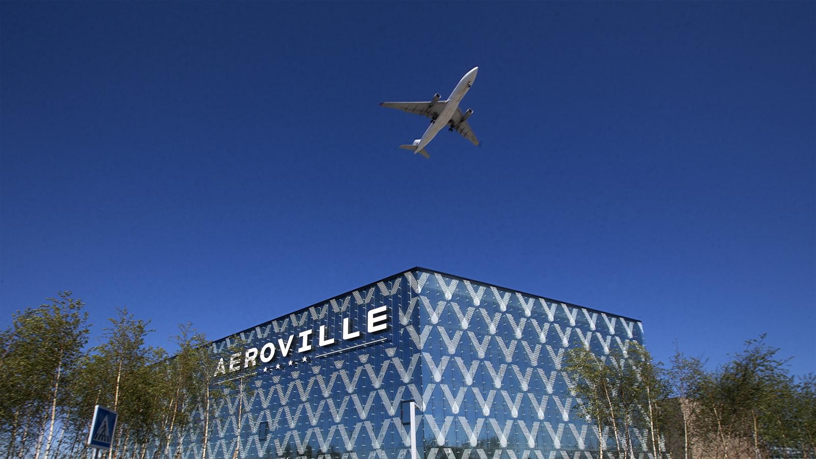 Un avion survolant Aéroville