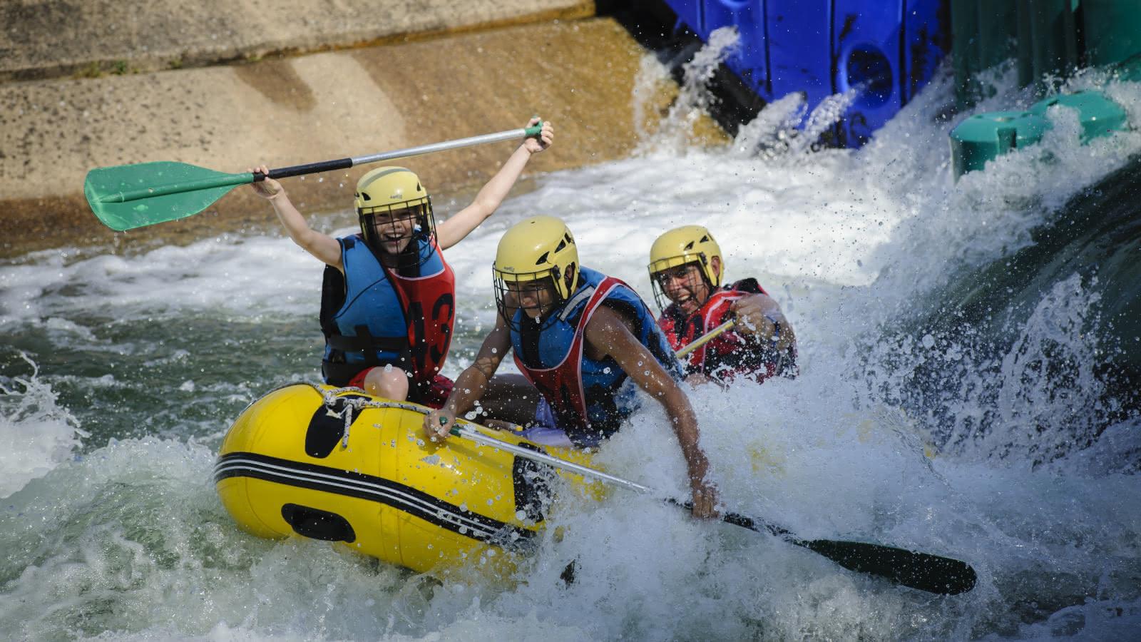 Photo de personnes au stade d'eau vive à l'île de loisirs à Cergy-Pontoise