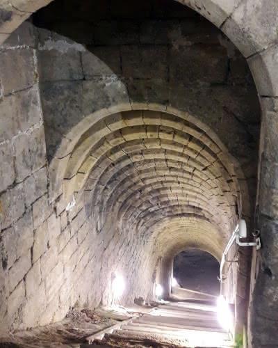 Photo d'un escalier plongeant vers les souterrains de la 'Cave aux Moineaux'