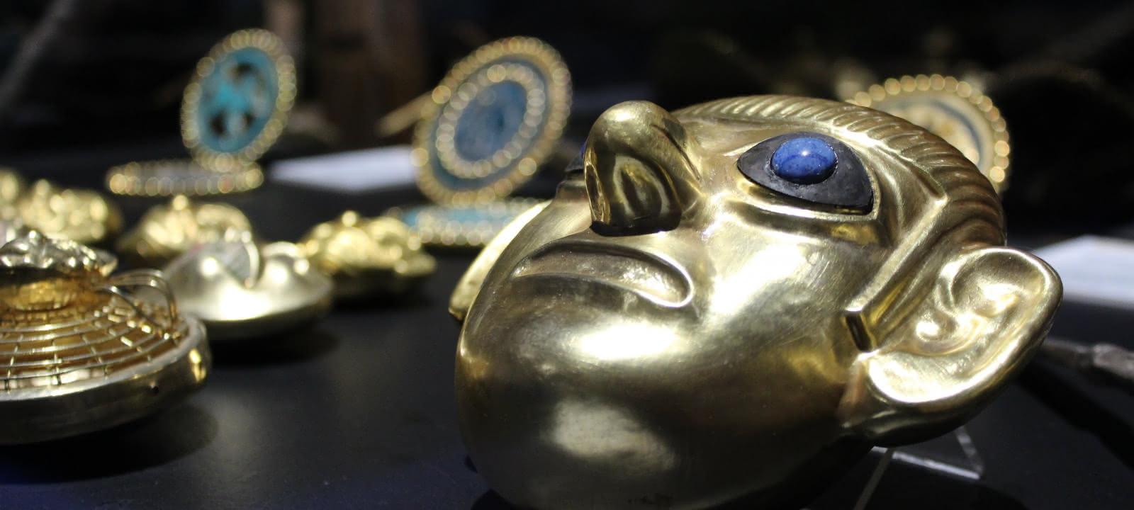 Photo d'oeuvres en or pour l'exposition Des Mochicas aux Incas au musée archéologique du Val d'Oise