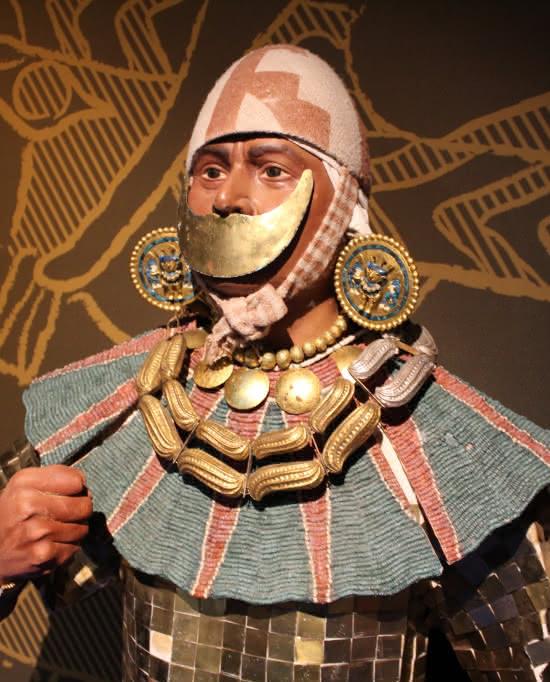 Photo d'une réplique d'un homme de la civilisation pré-colombienne pour l'exposition Des Mochicas aux Incas au musée archéologique du Val d'Oise