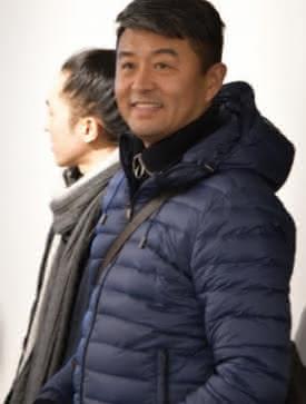 Photo de Liu Bolin lors de son vernissage à l'atelier d'art contemporain Il Faut le Faire