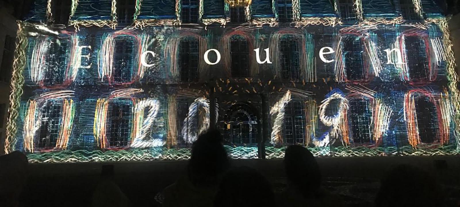 Photo du spectacle Aplanos lors de l'affichage 'Ecouen 2019' sur la façade du château d'Ecouen, musée national de la Renaissance