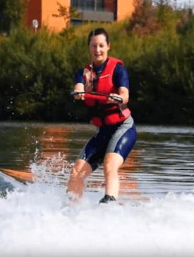 Photo d'une femme faisant du wakeboard