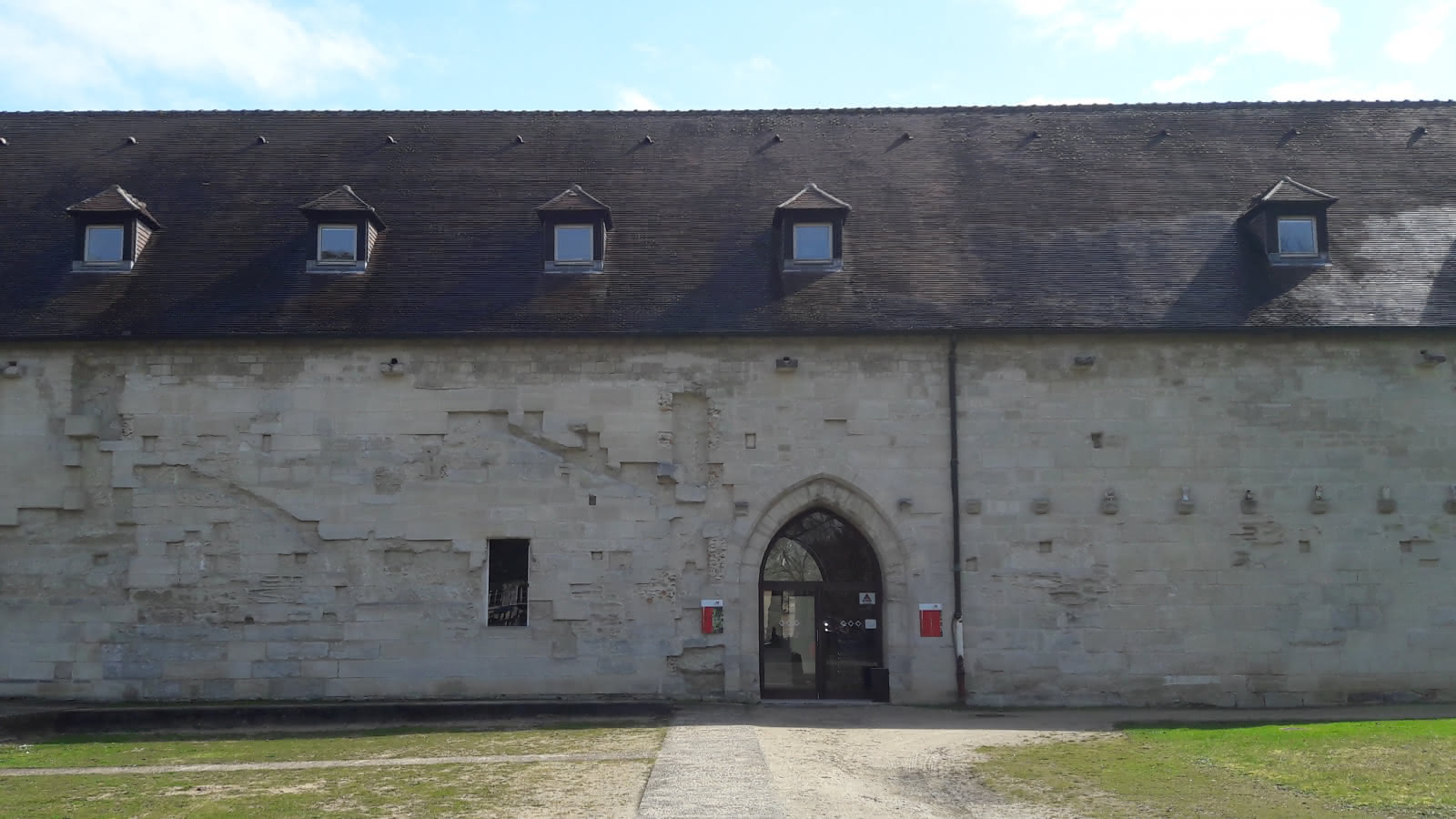 Photo de l'entrée de l'abbaye de Maubuisson à Saint-Ouen-l'Aumône dans le Val d'Oise