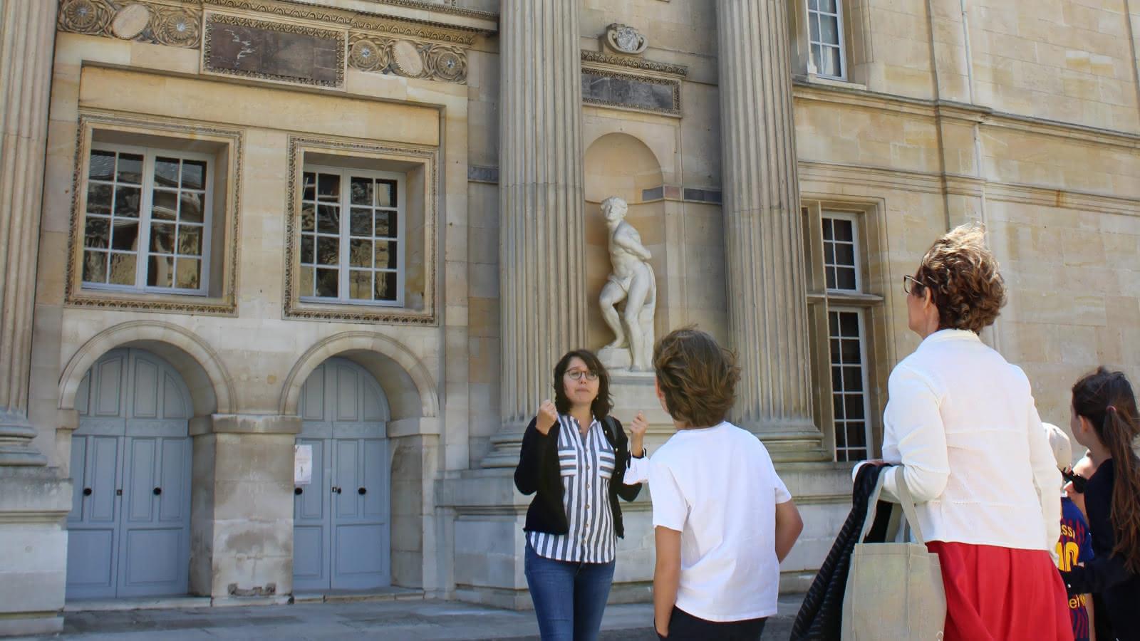 Photo d'une visite de la cour du château d'Ecouen, musée national de la Renaissance
