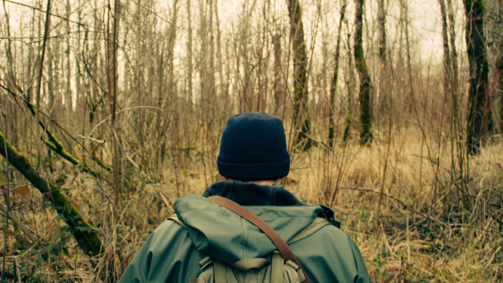 Photo d'un homme seul en forêt pris de dos