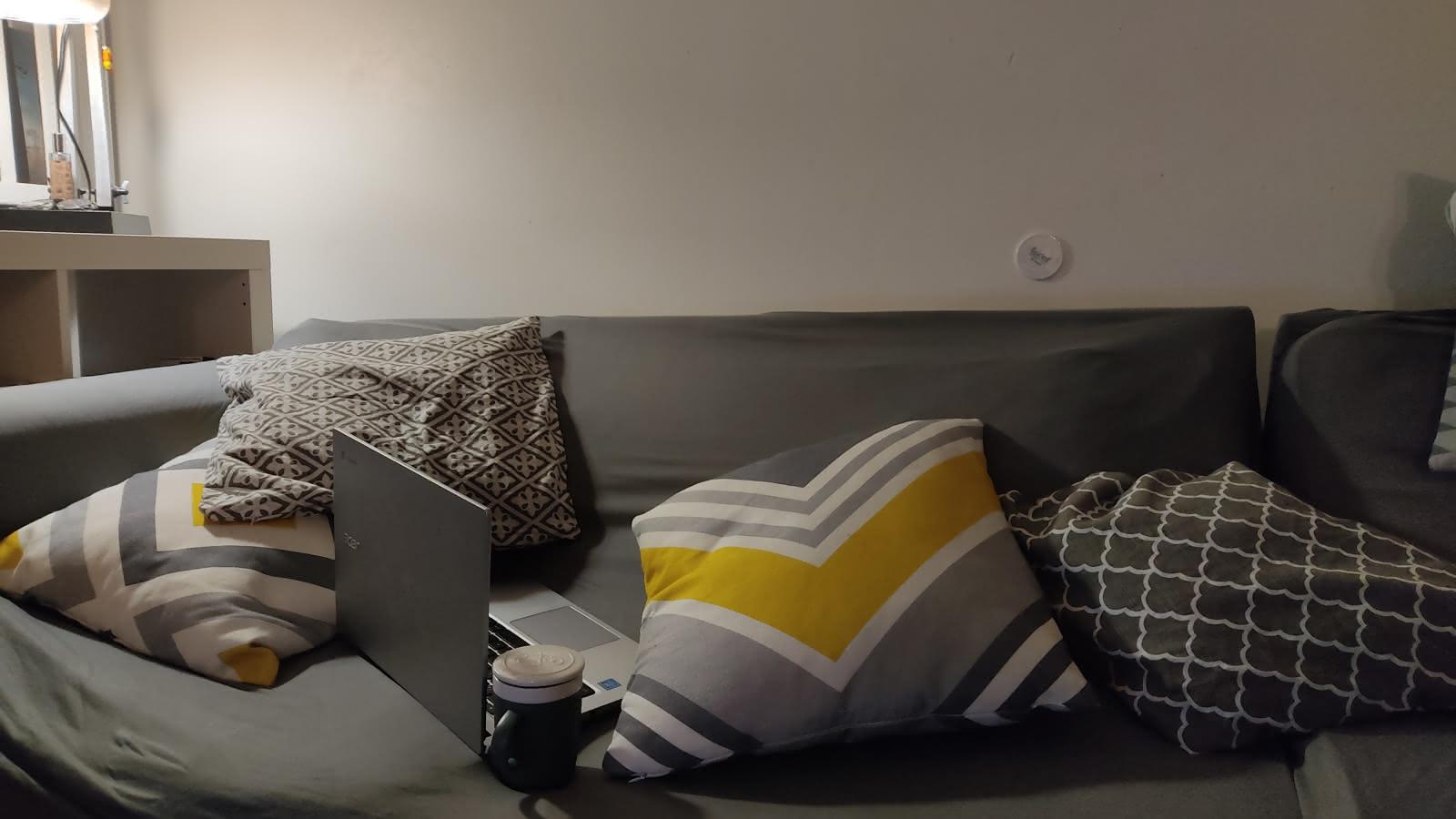 Photo d'un canapé et d'un ordinateur pc