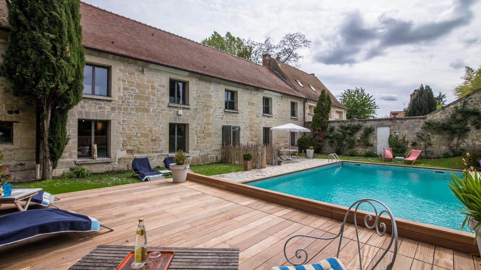 Photo de la piscine et sa terrasse de la chambre d'hôtes le Domaine de Mona à Cergy près de l'Ile de Loisirs de Cergy-Neuville