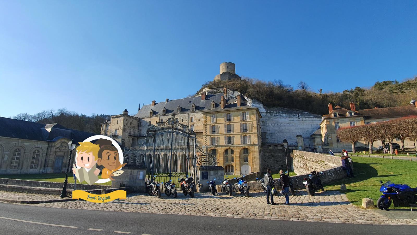 Photo du château de La Roche-Guyon avec des motards en contre-bas et un macaron de l'application Paris Région Aventures apposé dessus.