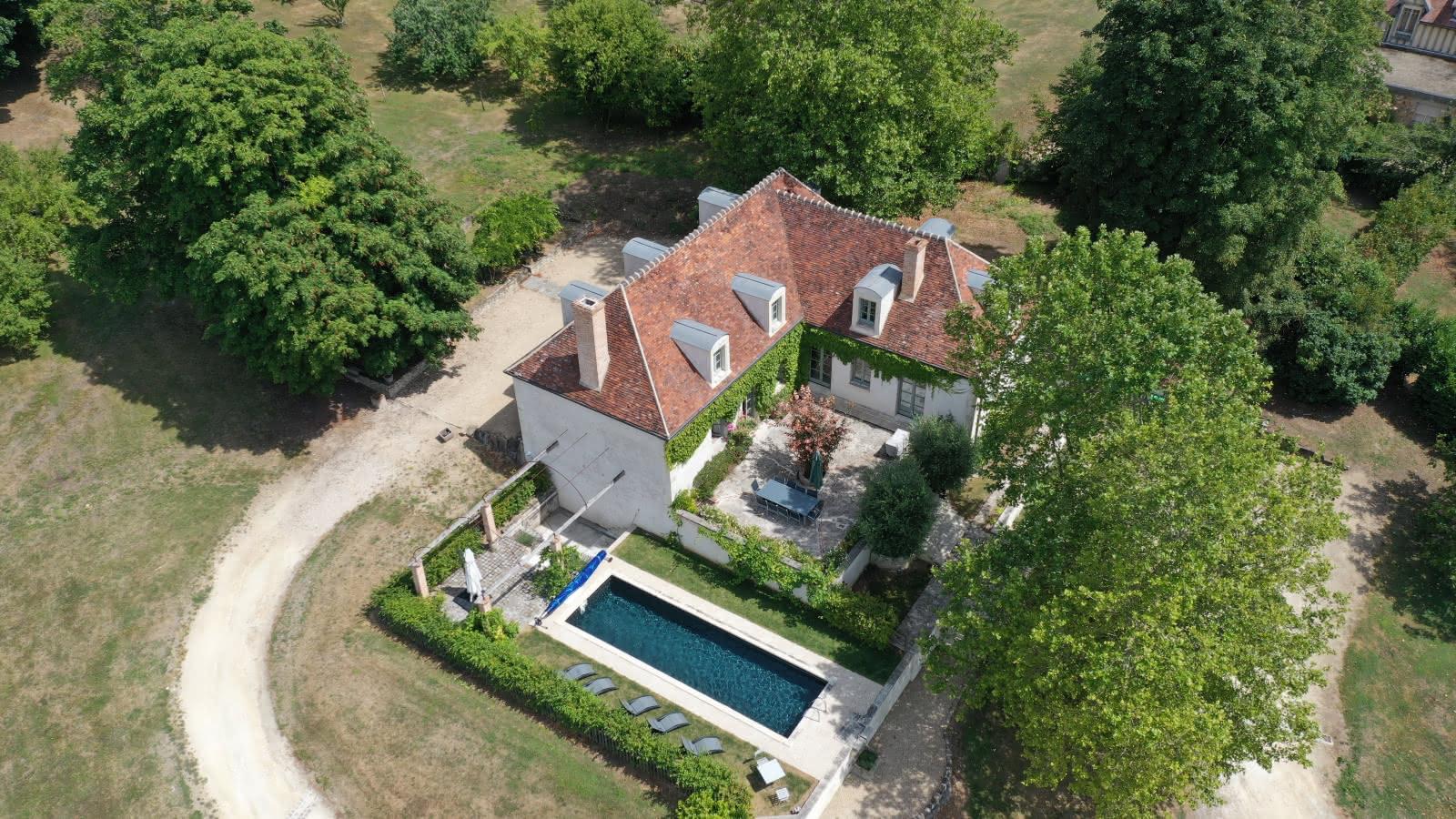 Photo prise du ciel de la maison d'hôtes La Clairière de la Reine Hortense avec sa piscine