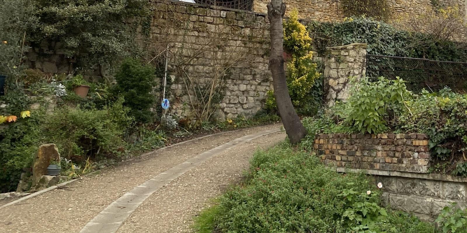 rues d'Auvers avec bordures fleuries et murs de soutenement du côteau