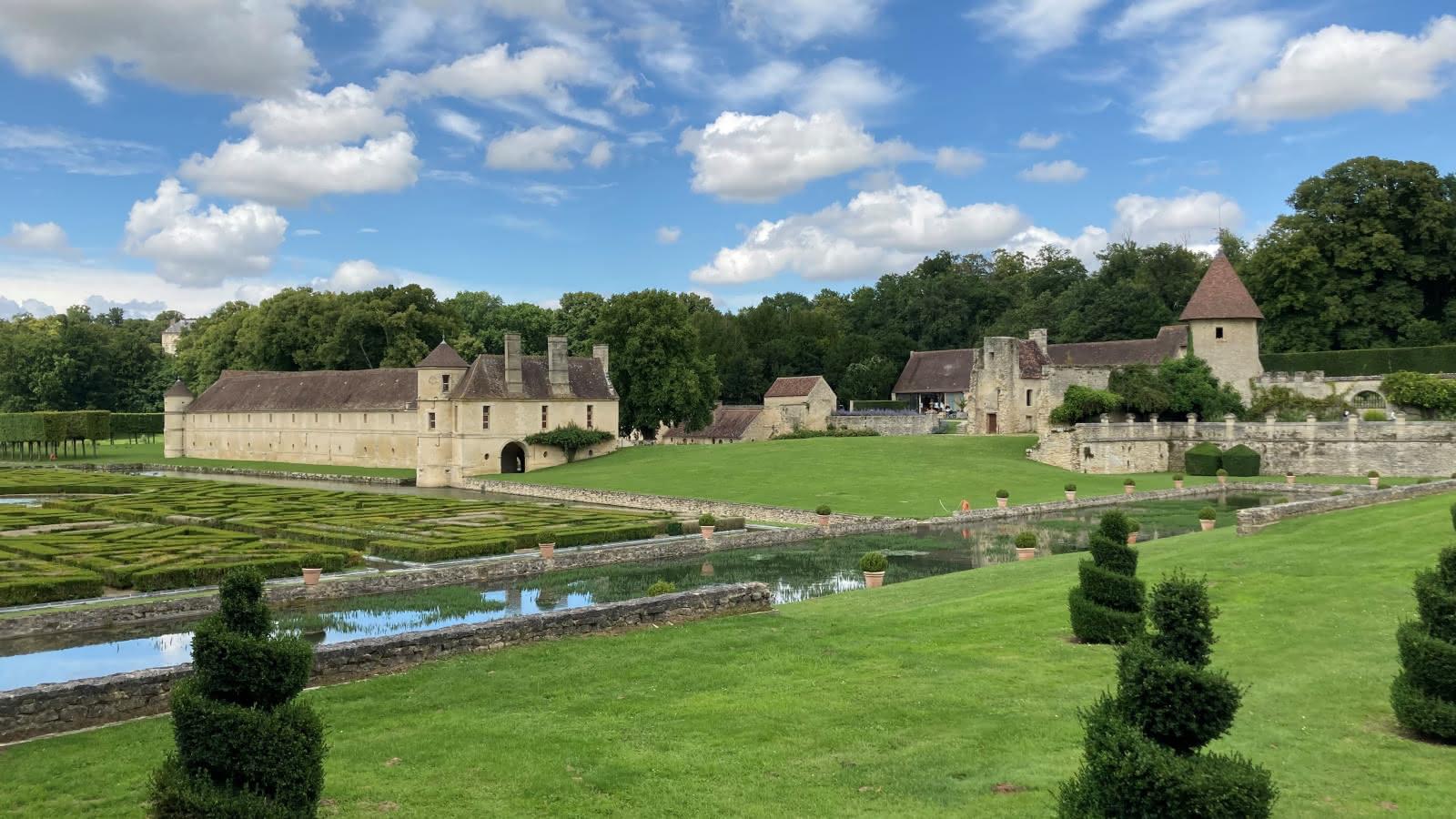 Une vue des jardins et de la partie la plus ancienne de Villarceaux
