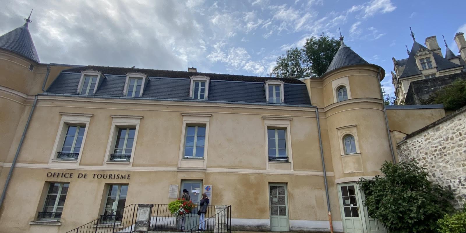 façade du manoir des tourelles, office de tourisme d'Ecouen avec aperçu du chateau