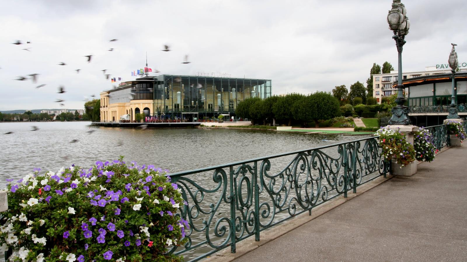 Photo du bord du lac d'Enghien, avec vue sur le Casino