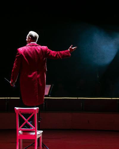 Homme de dos en costume rouge de cirque
