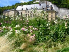 Vue sur le château de La Roche-Guyon depuis le jardin potager-fruitier, La Roche-Guyon